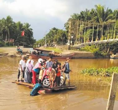 Jembatan Gantung Rusak, Warga Taluk Ampalu Berakit-rakit ke Seberang