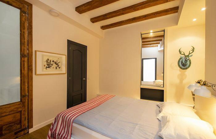 Dormitorio joven con vigas de madera
