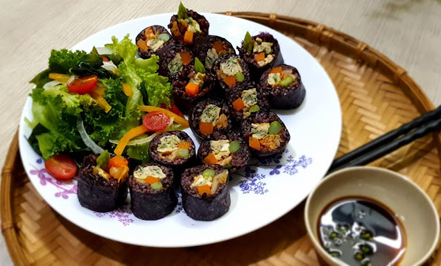 Cơm gạo lức cuộn rong biển rau củ chay
