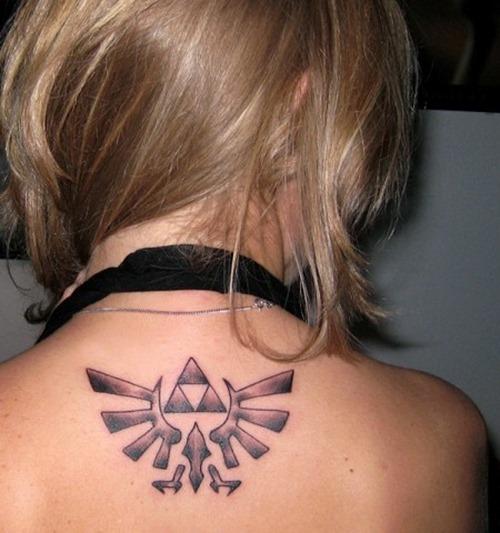 modelo nos enseña su tatuaje, es un tatuaje de estilo geek