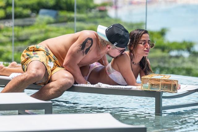 Thiago Martins e Anitta como Ryan e Sabrina em 'Amor de Mãe' — Foto: Artur Meninea/Gshow