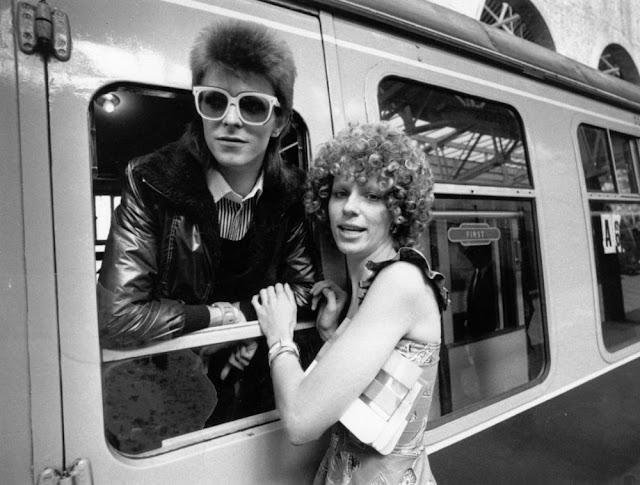 1973年 パリに向かうデヴィッド ボウイを駅で見送る当時の妻アンジー