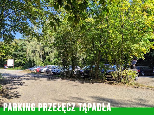 Mały, bezpłatny parking pod Ślężą. Jadąc z Wrocławia będzie po prawej stronie