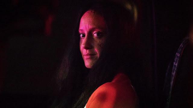 Mandy femme portrait rouge