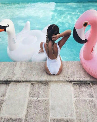 foto tumblr sentada en la piscina