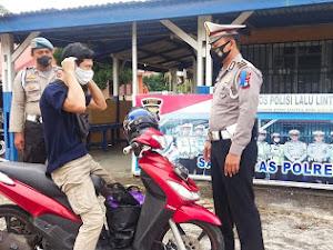 Operasi Patuh Seligi 2020, Satlantas Polres Lingga Bagikan Masker
