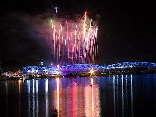 Fuegos artificiales por el Tet sobre el puente de Hue