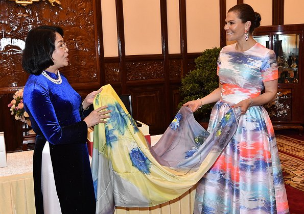 Crown Princess Victoria wore Maxjenny glimmer colour plain top and glimmer colour k-long skirt. Maxjenny!,