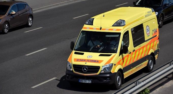 Feszítővágóval kell kiszabadítani az egyik utast – baleset az 55-ös úton