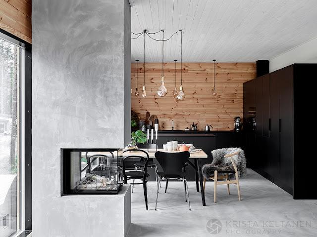 Lemn, negru intens și beton nefinisat într-o casă din Finlanda