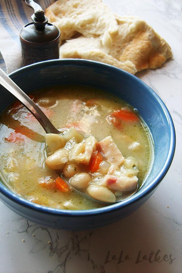 Суп из консервированной фасоли с копченостями