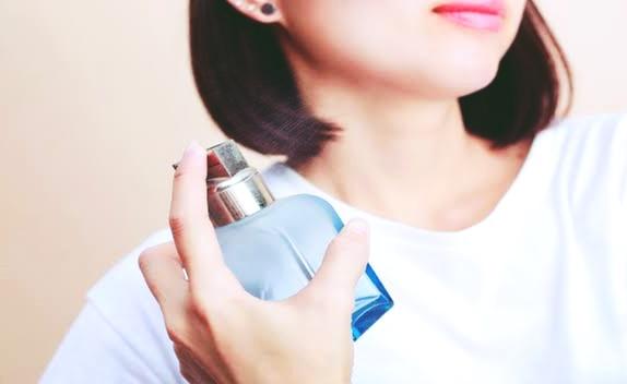 Cara memakai parfum yang benar dan aromanya tahan lama