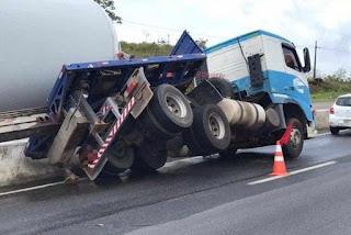 Caminhão que transportava pá eólica tomba e deixa trânsito lento na rodovia sentido Recife-João Pessoa