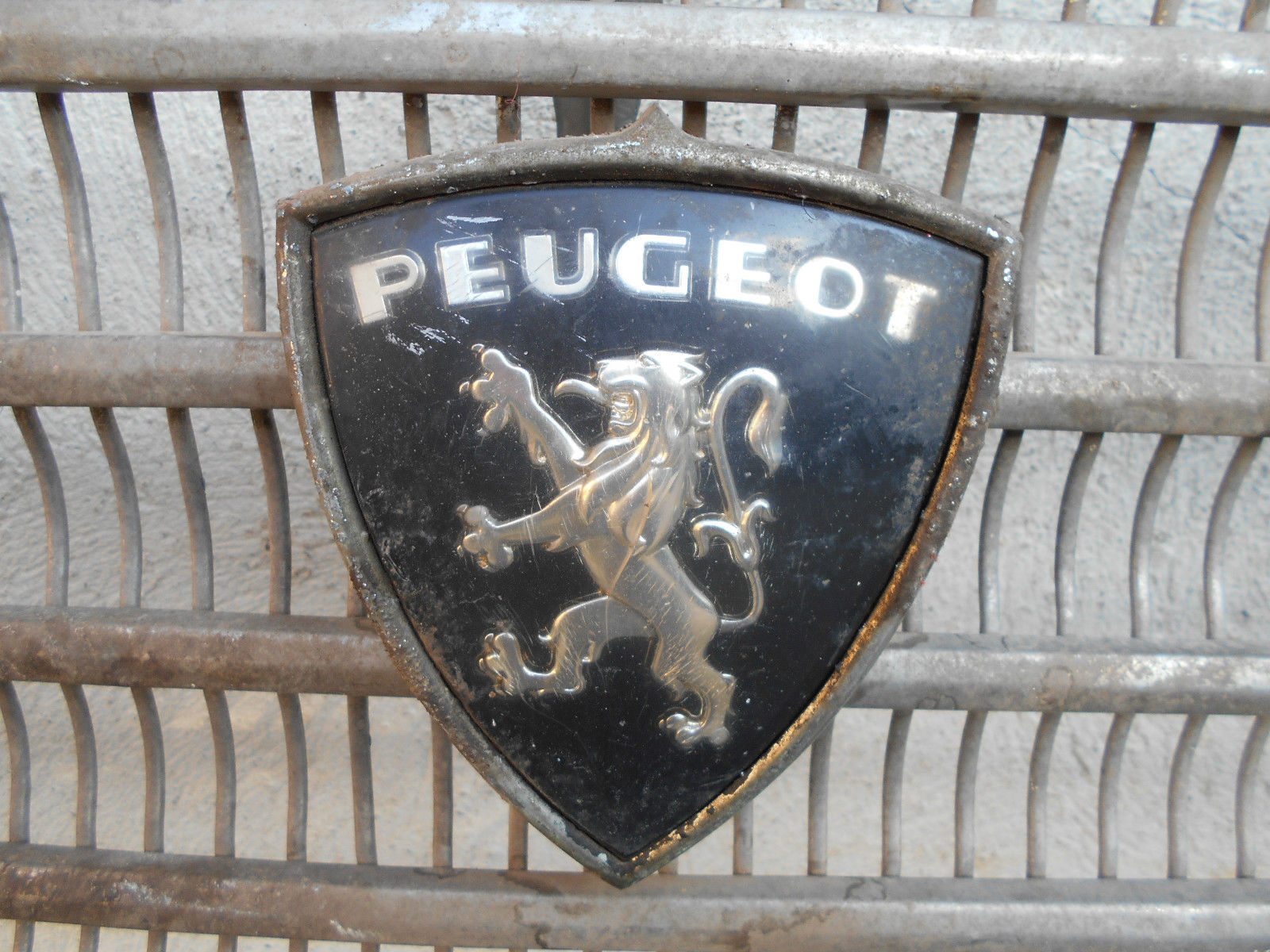 piece d tach e voiture auto ancienne calandre sigle embleme lion peugeot. Black Bedroom Furniture Sets. Home Design Ideas