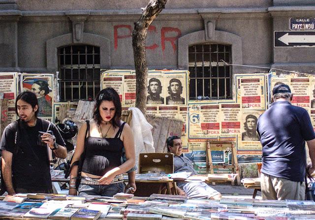 Barraca de livros usados na Feira de Tristán Narvaja, Montevidéu, Uruguai