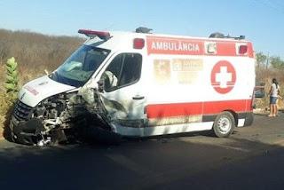 Acidente envolvendo três veículos deixa ambulância destruída em rodovia da Paraíba