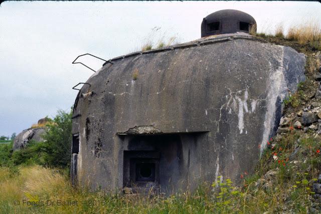 Abri-caverne du Petit-Rederching — Noter les traces du camouflage d'époque sous la visière (cliché Balliet J.M., vers 1977)