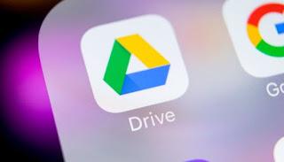 صورة لجزء من شاشة هاتف يظهر فيها شعار تطبيق Google Drive