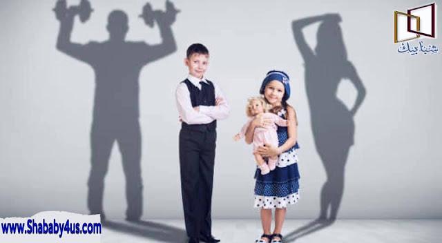 المراهقة كمرحلة عمرية  المراهقة مرحلة هامّة وخطيرة في حياة الإنسان بنوعيه الذكر والأنثى، حيث يتم تكوين الجزء الأعظم من شخصية الرجل أو المرأة -فيما بعد- خلال مرحلة المراهقة ، فهي مرحلة تتّسم بالنموّ السريع والتجدّد المُستمرّ في جميع المظاهر النمائيّة، فهي بداية تَرقى بالفرد إلى مرحلة النضج واكتمال نموّ أطواره، وتتوسّط المراهقة بين مرحلتين؛ الطفولة السلسة البسيطة، وبين مرحلة النضج واكتمال النمو، فيبدأ الذكر بالإنتقال من مرحلة الطفولة إلى الرجولة، وكذلك الفتاة فهي تخطو نحو مرحلة اكتمال أنوثتها، ومنها إلى مرحلة الشباب والنضج حيث لا القيمة العليا للنمو المحبب للإنسان ، ثم بعد ذلك يبدأ الجسد في الانهيار إلى مرحلة الشيخوخة تدريجاً.  مفهوم المراهقة  المراهقة :مصدر من فعل راهَق، يُراهق فهو مراهِق، أي أن الطفل في مراحله العمريّة التي تقترب من الرشد، يتخلّلها الكثير من السّمات النمائيّة التي يُعتبر البلوغ هو من أبرز سماتها، فيظهر البلوغ عند الذكر والأنثى؛ فتكون عند الذكر بالاحتلام، وعند الأنثى بالحيض.  بداية سن المراهقة تم تقسيم مراحل نمو الإنسان إلى عدّة مراحل نمائيّة، لكل مرحلة منها خصائصها الفسيلوجيّة والاجتماعيّة والنفسيّة، ممّا يُميّز كل مرحلة عن الأخرى، لكنها مُتداخلة مُترابطة فيما بينها تُبنى كلّ منها على أساس سابقتها، إلا أن مرحلة المراهقة بشكل خاصّ تتميّز بالتسارع الواضح في النموّ بكافّة مظاهره، أما السن الذي تبدأ به هذه المرحلة فهو سن الثاني عشر وحتى الواحد والعشرين هذا عن الذكور ، أما في الإناث عادةً ما تسبق الإناث الذكور بسنة، إلا أنّ هذه الأعمار تختلف من مُجتمع لآخر حسب الظروف البيئية والمناخية ، ومن فرد لآخر، بالإضافة إلى الدور الهام للفروقات الفردية المختلفة بين البشر و قُسِّمت مرحلة المراهقة إلى مراحل زمنيّة لتسهيل عمليّة دراسة خصائصها، وكان التقسيم كالآتي:   مرحلة المراهقة المبكرة يُقابل هذا السن المرحلة الإعدادية، وتتميّز بالنموّ المُتسارع في جميع مجالات النموّ الجسميّة والانفعاليّة والجنسيّة، فتبدأ عملية البلوغ ومُؤشّراتها العضويّة وظهورعلامات البلوغ الجسدية ، ووكل هذه التطورات المتتابعة على الفرد يُعرِّض المراهق إلى الكثير من الضغوط النفسيّة؛ مما يجله يُعاني من اضطراب المهارات التكيفيّة مع نفسه وأسرته ومُجتمعه بشكل عام ، فتتغير أحواله فيميل إلى الانطواء وال