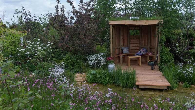cabaña de madera en jardín