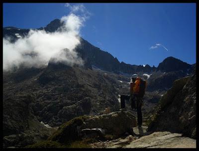 Bajando por el HRP del Pic d'Artouste, con vistas al Balaitus