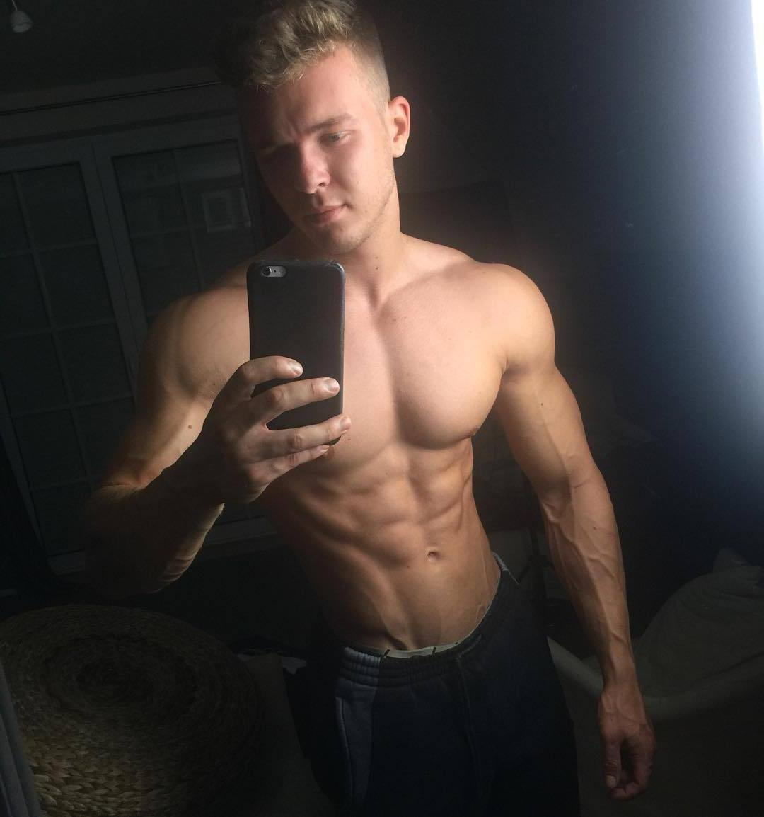 shirtless-muscle-hunk-joe-dahler-selfie-pictures