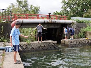 原始的な漁法でのブラックバス釣り