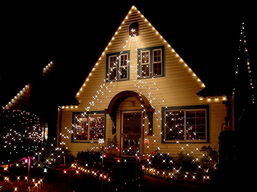 Icono interiorismo decora la fachada de tu casa con luces for Decoracion navidena para exteriores