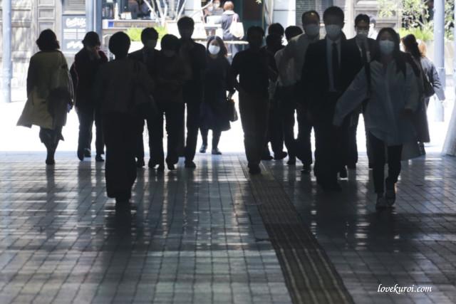 Группа японцев в медицинских масках во время пандемии
