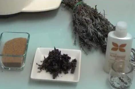 Ingredientes para elaborar el exfoliante de lavanda, azucar moreno, lavanda, aceite de almendras