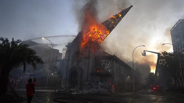 ΧΙΛΗ: Χριστιανοφοβικό αμόκ. Αριστεροί εξτρεμιστές έβαλαν φωτιά σε δύο καθολικές εκκλησίες