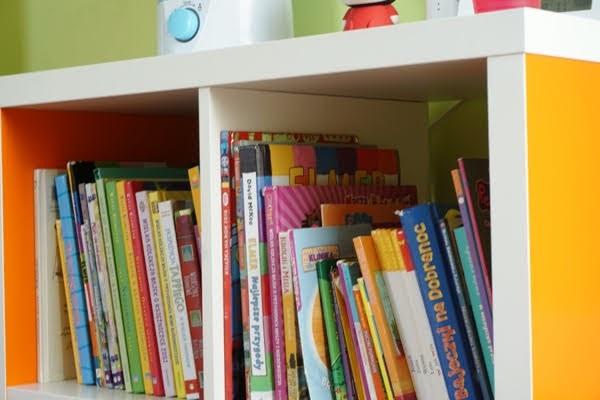 jeden pokój dla trójki dzieci, książki w nocnej biblioteczce