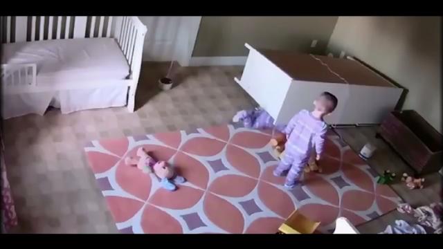Niño de 2 años salva a su gemelo aplastado por un vestidor