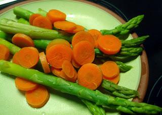 Espárragos verdes y zanahorias