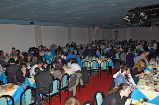 Τραπέζια με κόσμο στο 1ο δείπνο στο σκοτάδι στην Αθήνα