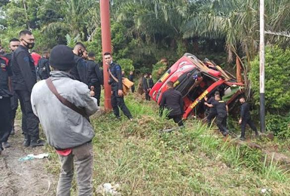 Bus Pengangkut 33 Personel Brimob Terguling di Jambi