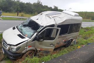 Van capota, deixa cinco vítimas e motorista está em estado grave no Trauma