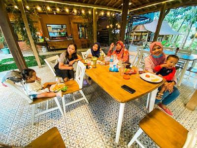 makan sore di Rummi Kopi Lan Tresna Kampoeng Banyumili