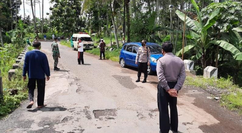 Polisi Kawal Pemakaman Jenazah Pasien Covid-19 di Kutasari