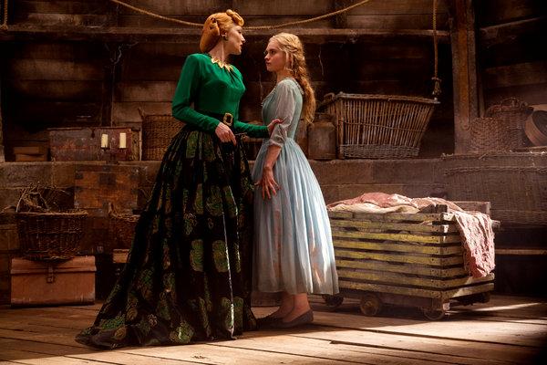 A madrasta má com blusa verde e saiote estampado preto segurando o braço da Cinderella