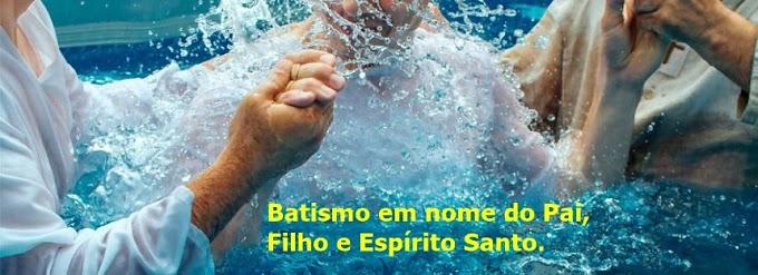 """Deveríamos batizar """"em nome do Pai, do Filho e do Espírito Santo"""" ou """"em nome de Jesus?"""""""