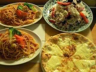 夕食の献立 献立レシピ 飽きない献立 パスタ ピザ 豚バラサラダ
