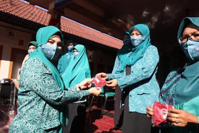 Peringatan HUT RI 75,TPP PKK Kota Probolinggo Bagikan 7.000 Masker