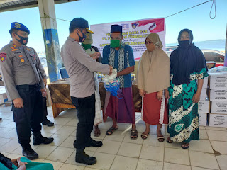 Polres Pangkep salurkan Bantuan CSR PT. Pelayaran Tonasa Line untuk warga Pesisir