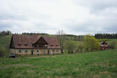 Przełęcz Trzech Dolin - zrujnowany budynek opodal Andrzejówki