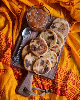 Hoje tem receita indiana: Naan com alho
