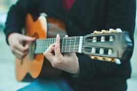 Beli Gitar Nylon atau String Steel