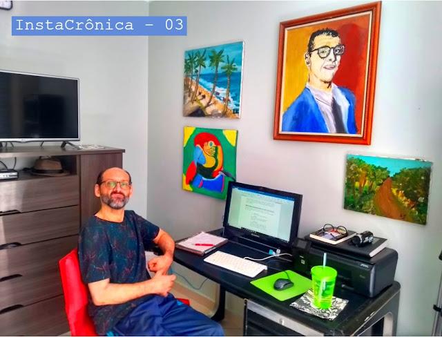 #paracegover – Emílio Figueira sentado em sua mesa de trabalho, computador, papéis, quadros na parede e o título da crônica: Hoje minhas limitações são apenas físicas