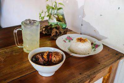 Menu Brongkos Komplit, Nasi Putih, dan Es Jeruk Nipis di Kedai Rukun