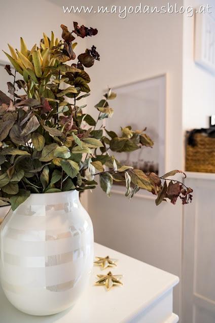 roter Eukalyptus in weißer Vase